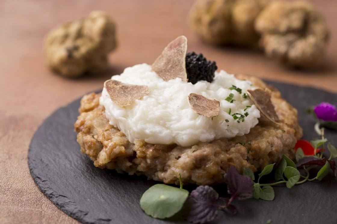 白松露魚子醬蛋白蒸肉餅,是中意合璧的菜式。(圖片:大公館)