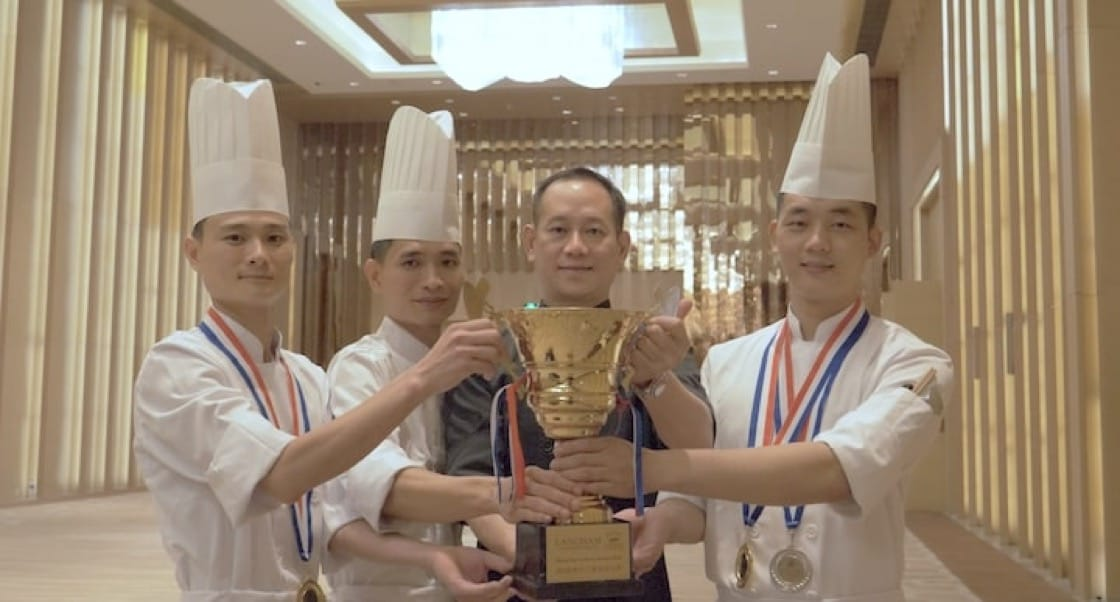 海口朗廷酒店唐閣中餐行政總周劍峰(黑衣者)和徒弟們。左為獲得「2018朗廷中華廚藝明日之星大賽」全場大獎的陳景萬。