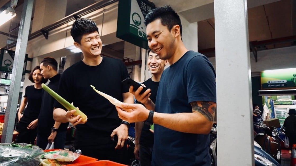 Jonathan(右)到台中,Jimmy(左)帶著他跑產地、市場,瞭解台灣的食材與文化。茭白筍甚至是他第一次見到,也不知道能做成菜餚。(JL Studio提供)