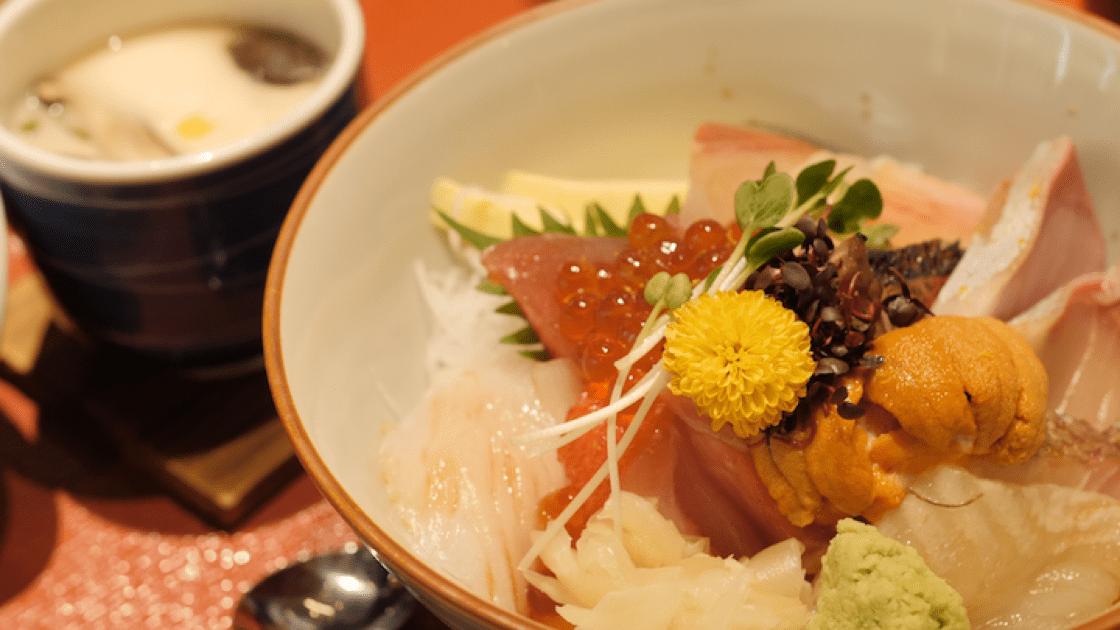 Ishinomaki Grill&Sake的招牌菜色散壽司。