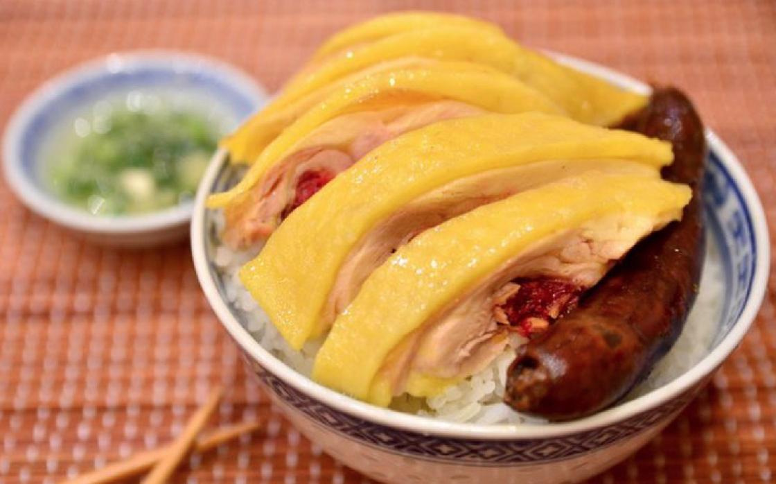 膶腸雞飯,膶腸的油和嫩滑的雞,配白飯是絕佳的配搭。(圖片:蛇王芬)
