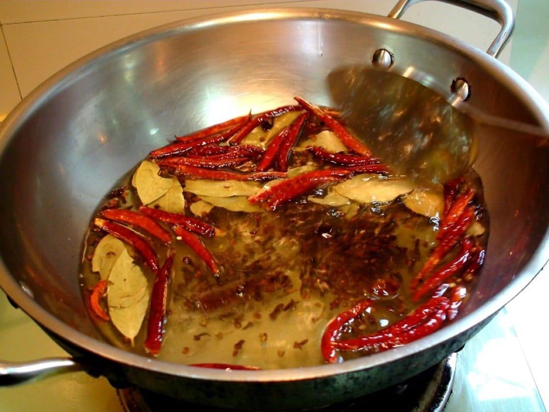醬汁以熱油與桂皮、八角、花椒等香料細火慢炒,鮮香十足。(圖片:孟惠良)