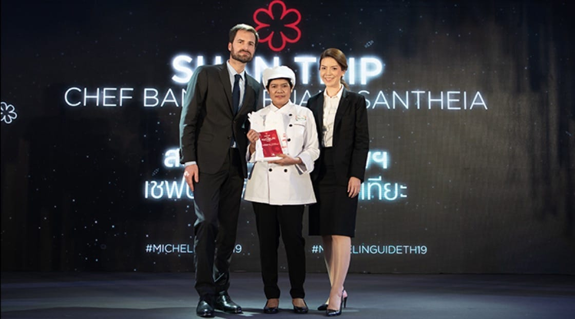 Chef Pa Mee and Ms. Kitima Kittikachorn from Suan Thip receiving the accolade on stage.