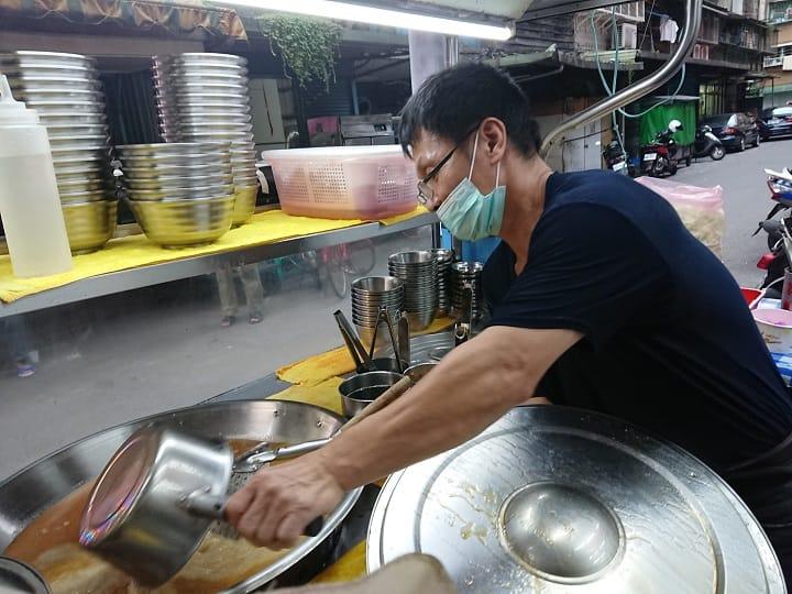 日日花上十多個小時熬煮的湯頭,是阿男麻油雞最精華及特別的地方。(照片:謝明玲攝)