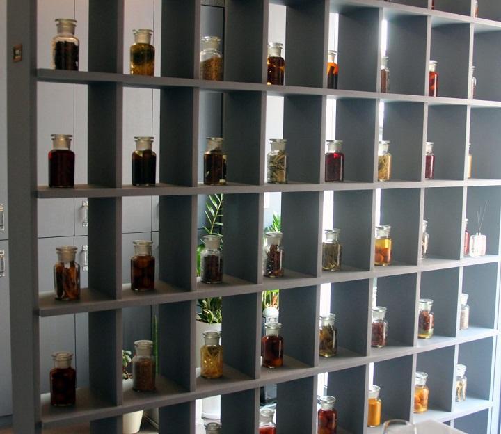 Joo-ok展示各種自製的韓國醋。