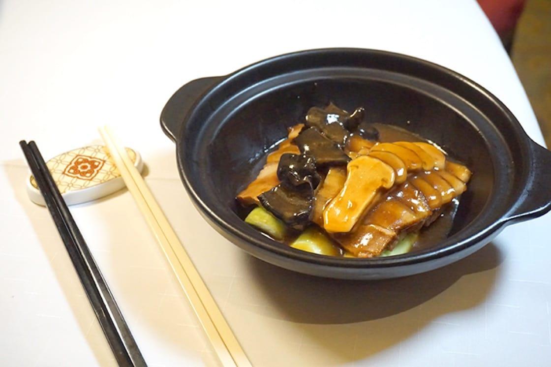 松茸黑虎掌菌黑豚腩,以柱侯醬將五花腩炆至入味,那片肥肉入口即化,相當美味。(圖片:區佩嫦)