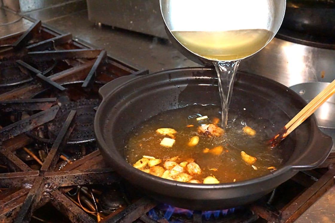 一般酒樓會以二湯來炆煮菜式,家庭則可以水代替。(圖片:區佩嫦)