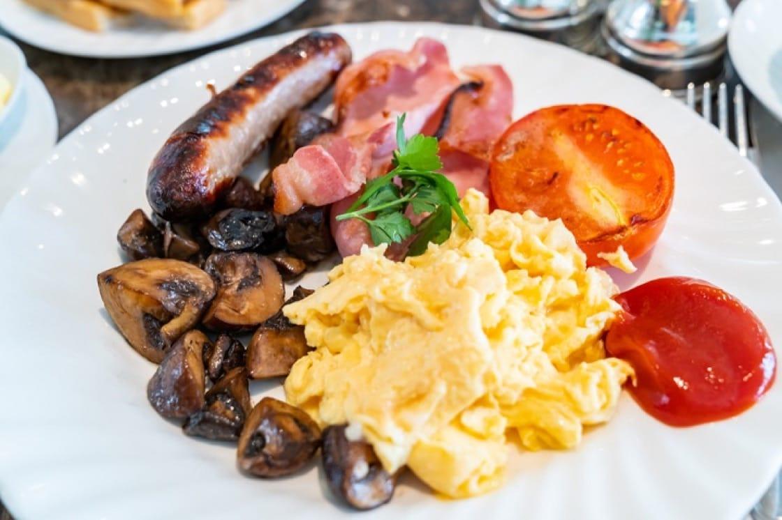 英國早餐很豐富,有香腸、煙肉等,其中蛋可謂是早餐的靈魂。(資料圖片)