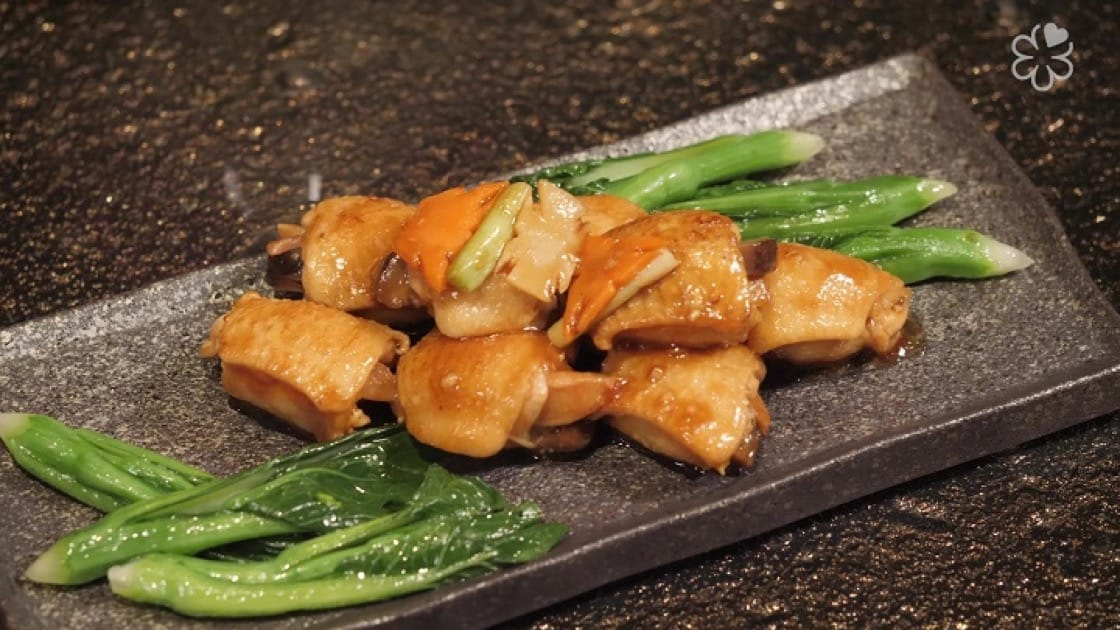 Sautéed boneless chicken wings with abalone and mushroom showcase the aroma of the chicken meat and the umami of the abalone.