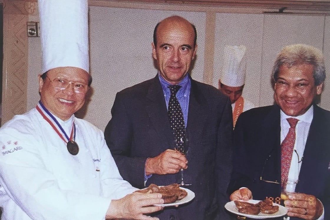 法國前總理兼波爾多市市長 Alain Juppé(中), 法國美食協會亞太區會長古載禮先生(右)都對一哥推崇備致。(資料圖片)