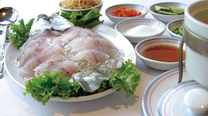 """ปลาเป็นเมนูอาหารที่พลาดไม่ได้ในช่วงเทศกาลตรุษจีน เพราะ คำว่า""""ปลา"""" ในภาษาจีนมีคำพ้องเสียงคล้ายกับคำที่มีความว่า """"มากมายจนล้นเหลือ"""" เครดิตรูปภาพ: ร้านลีคิทเช่น"""