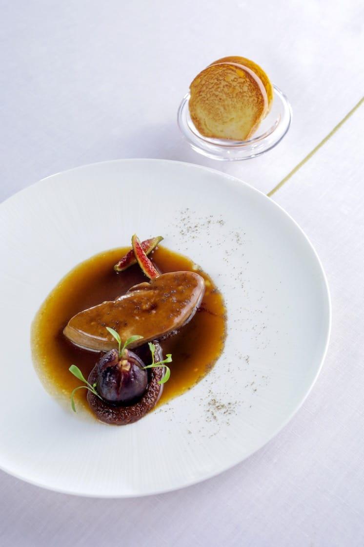 蒸鴨肝、煮無花果及烤法式牛油包(照片提供:摩珀斯酒店杜卡斯餐廳)