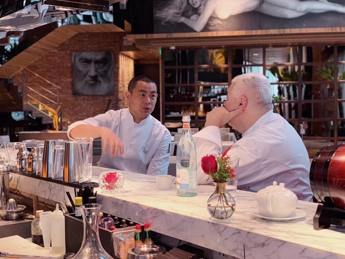 André Chiang and Umberto Bombana at their four-hands collaboration in Beijing late last year, discussing the similarities between Italian and Sichuan cuisines. (Pic: Umberto Bombana's Facebook Page)