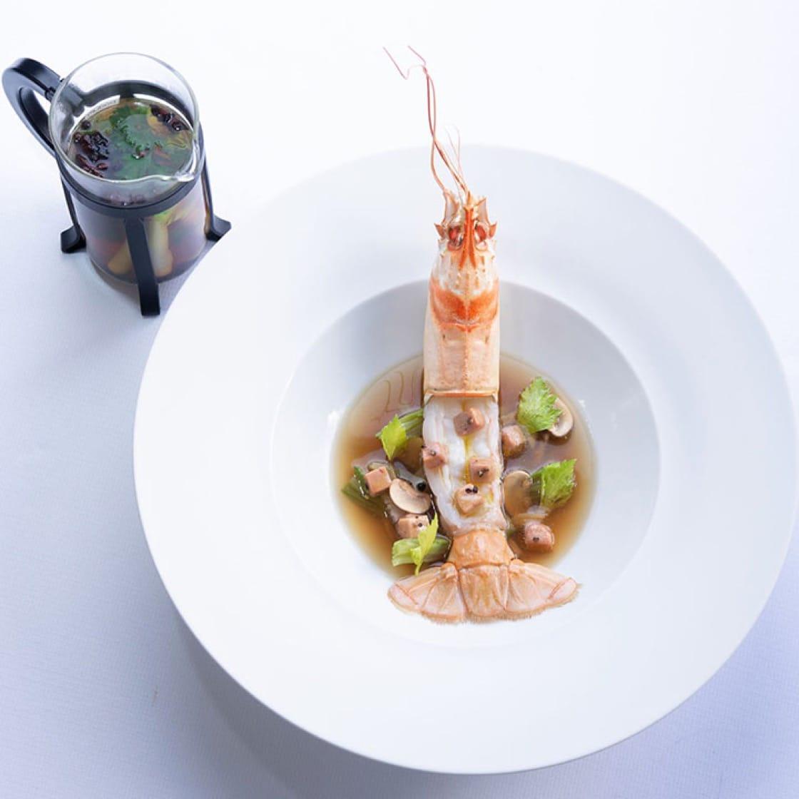 巨型生海螯虾搭配鹅肝与时令蔬菜。 (图片:Laurence Mouton提供)
