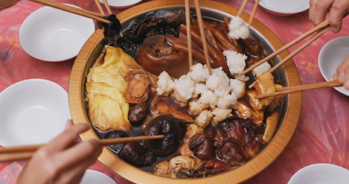 吃盆菜講禮儀,從第一層往下夾,逐層順序由上至下吃下去。(資料圖片)
