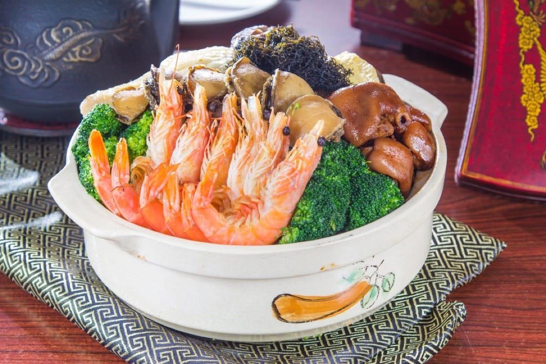 盆菜的食材會順序一層一層的由下至上疊放進大盆中,面層會放較名貴的食材如雞和蝦。(資料圖片)