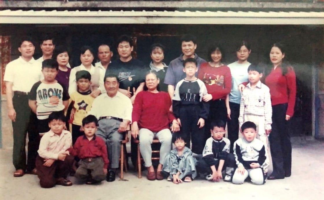 楊光宗(後排右四)位於恆春老家前的全家福。(圖片:楊光宗提供)