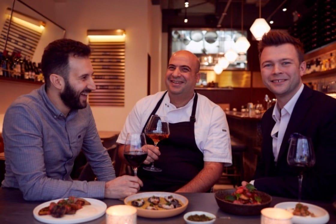 Mr Brown 主廚 Asher Goldstein (中) ,將自己對燒烤的熱愛和中東菜的特色合而爲一。(圖片:Mr Brown)
