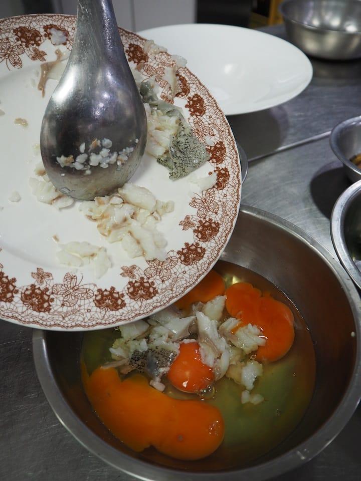 """龙虎斑碎鱼肉加上蛋拌炒的一道 """"鱼汁炒蛋 """",软嫩中又有鱼味。(陈静宜摄)"""