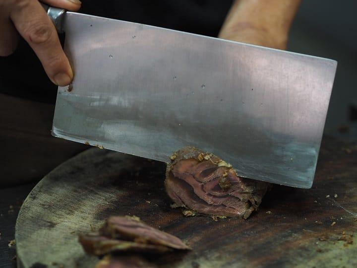 林東芳牛肉麵滷好的牛腱心。正中央有放射狀的漂亮紋路。(圖片:陳靜宜)