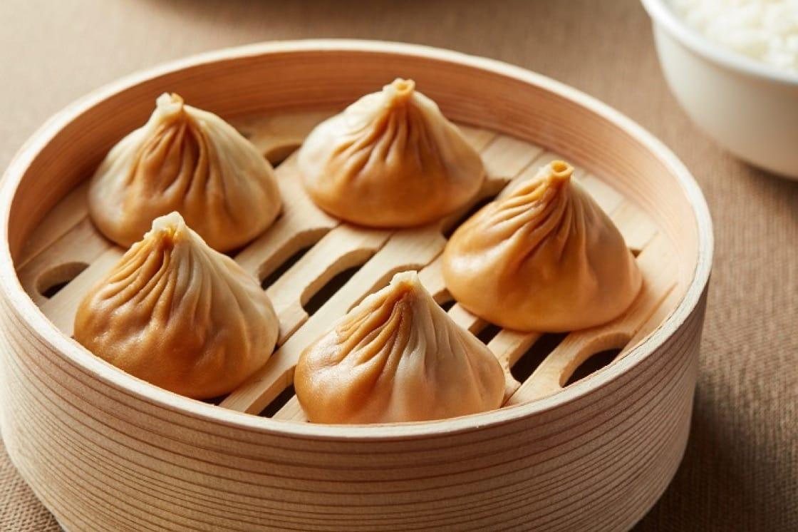 樂天皇朝的台灣限定滷肉飯小籠湯包。(圖片:樂天皇朝提供)