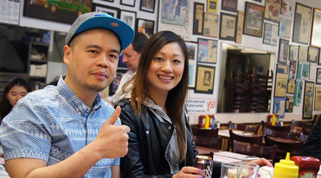 ช่วงที่เชฟโจ (ซ้าย) และเชฟ Saki (ขวา) สนุกกับชีวิตนักศึกษาในแคนาดา ก่อนสาวญี่ปุ่นและหนุ่มดอนเมืองจะกลับมาสร้างชื่อจนกลายเป็นเชฟชื่อดังย่านเจริญกรุง