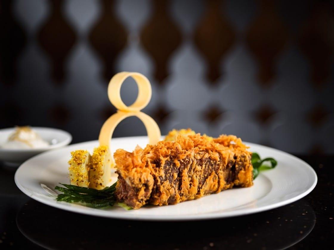 大廚謝錦松的黃金雪花牛,使用了西式低溫烹調法(Cuisine sous vide),再裹漿油炸,鮮嫩而外皮酥脆。(圖片提供:頤宮)