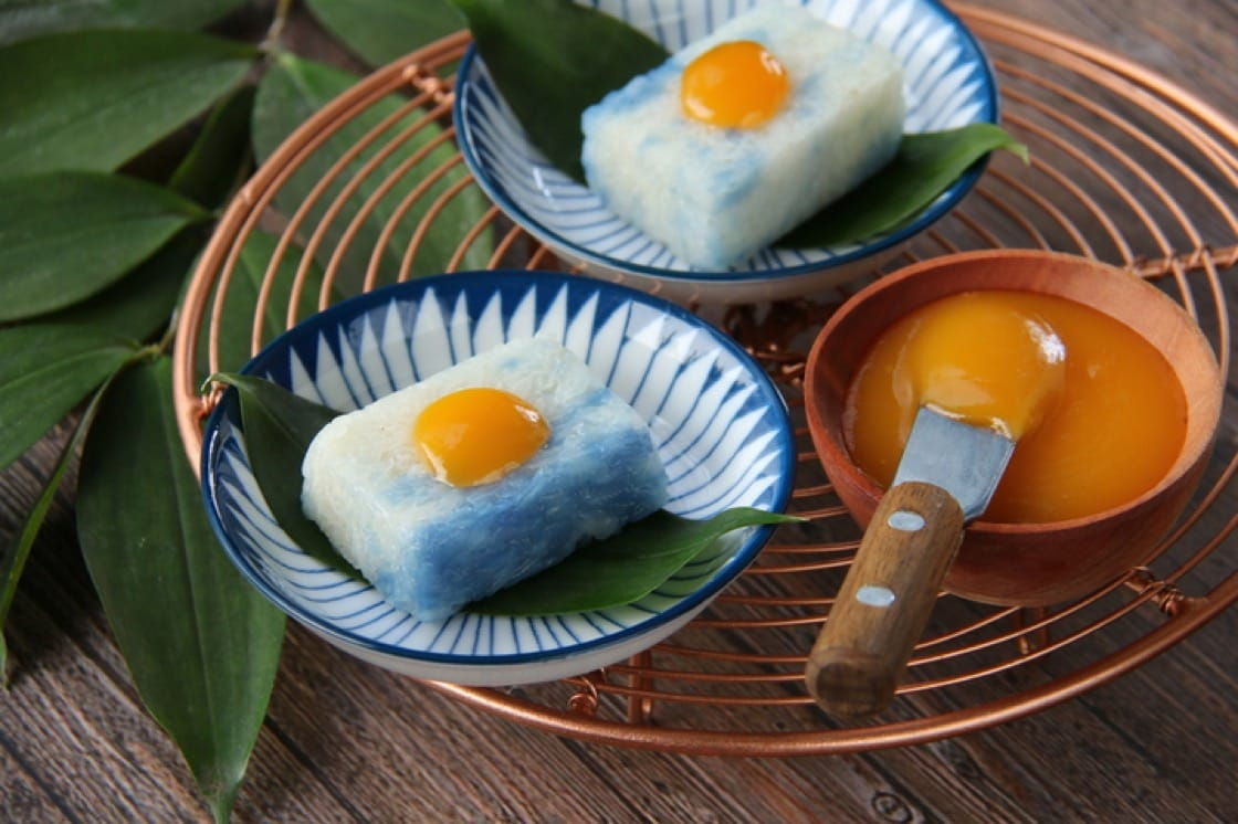 Peranakan kuehs like this pulut tai tai are often coloured with butterfly pea flower (Pic: Shutterstock)