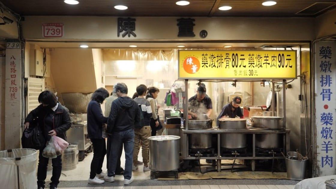 夜市攤位起家,越來越多客人想買一碗排骨湯卻無法停車,夫妻兩才在路邊租了店面。