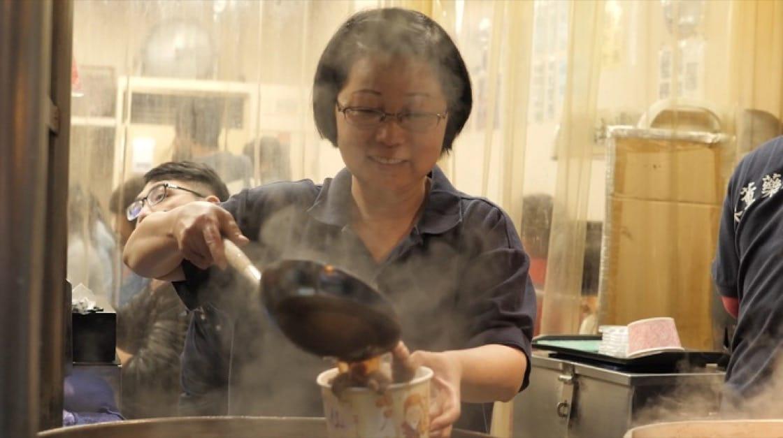 湯頭是陳董藥燉排骨的精華,熬煮法從大火中火轉小火,老闆娘吳秀盆和先生,有一定的堅持與作法。