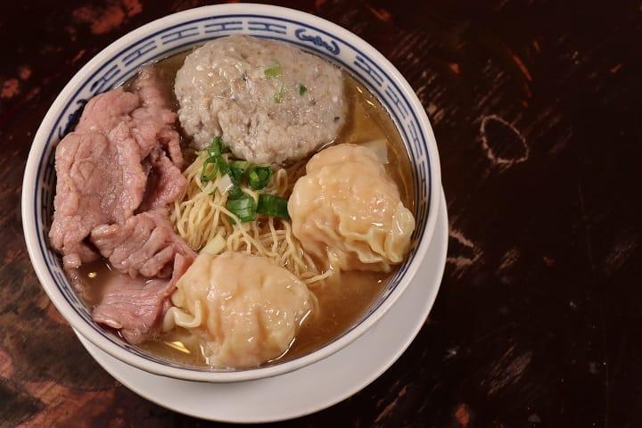 中環店只集中賣三寶:雲吞、鮮牛肉及鯪魚球。(圖片:陳佳男)