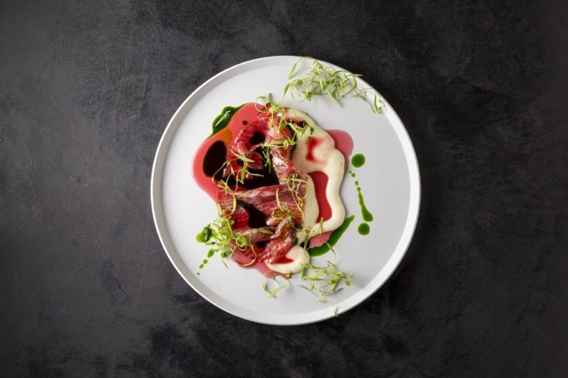 川手寬康的招牌料理,是以 13 歲產過多胎的母牛做成薄片的菜色。( Florilège 提供)