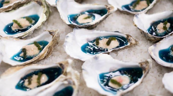 เนื้อส่วน Chicken Oyster เสิร์ฟบนฝาหอยนางรมในงานกาล่าดินเนอร์มิชลิน ไกด์ ประเทศไทย ประจำปี พ.ศ. 2562