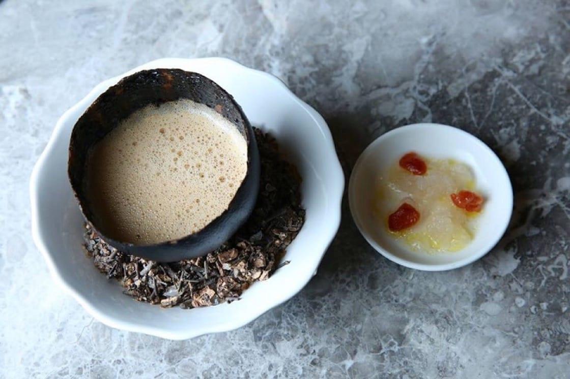 大廚Alléno的「海膽湯、烤葡萄柚盅與海水碎冰」,用了包括多種蔬菜,甚至是豬腳、鴨肝的精萃,味道層次豐富。(照片:蘭餐廳提供)