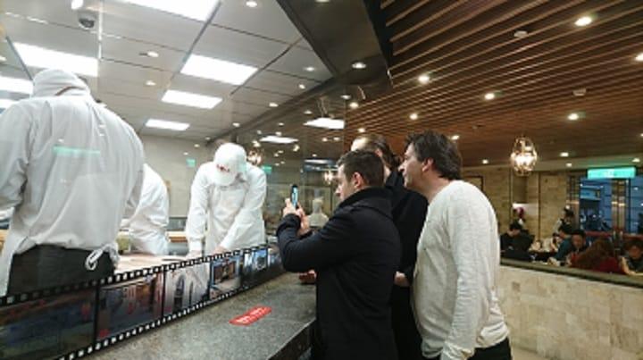 到台灣舉行餐會時,Alléno帶著Alléno Paris au Pavillon Ledoyen副主廚與甜點主廚到鼎泰豐,三人對小籠包的製作仔細研究。(謝明玲攝)