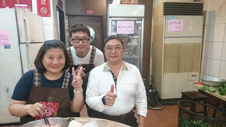 阿國切仔麵由蘇國華(前右)和施美玲夫妻27年前創辦,這兩年兒子蘇子毅也回來幫忙。(謝明玲攝)