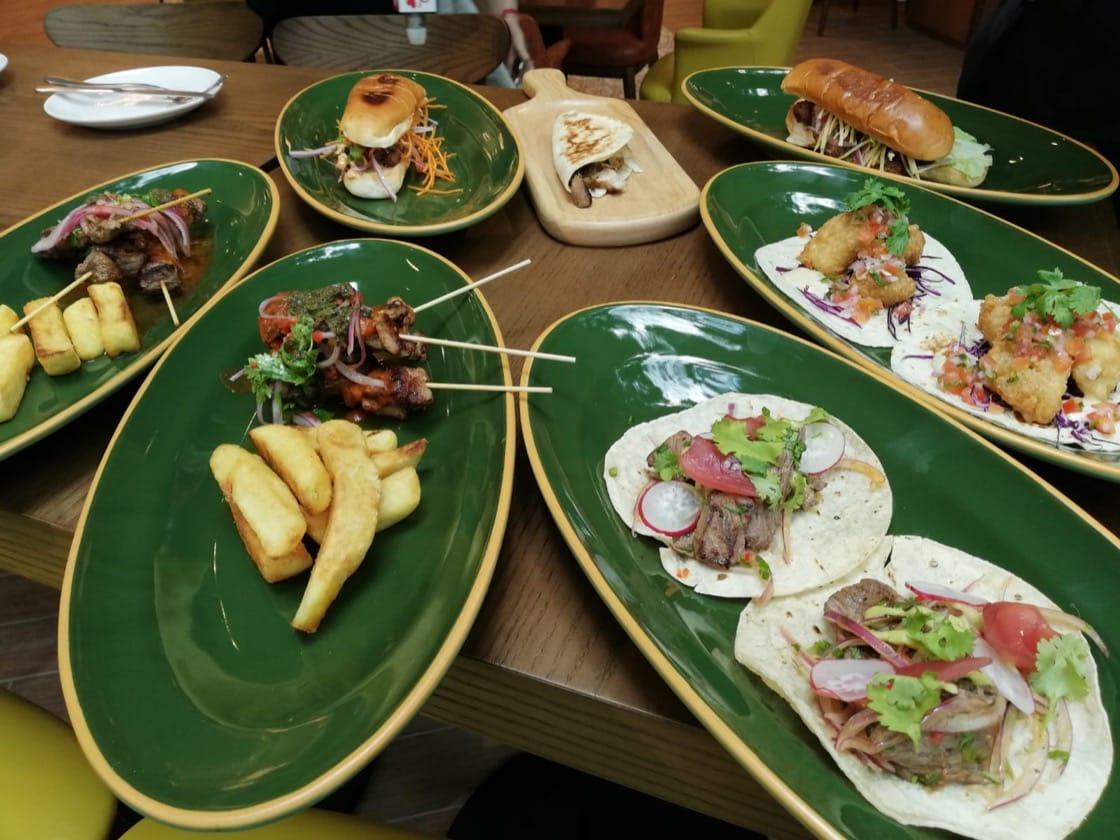 Tonito的拉丁美洲三明治,烤串和墨西哥夾餅。