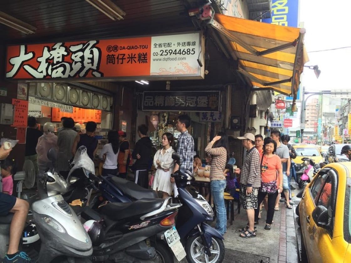 A long queue forming at Da-Qiao-Tou Tube Rice Pudding. (Picture: Da-Qiao-Tou Tube Rice Pudding Facebook)
