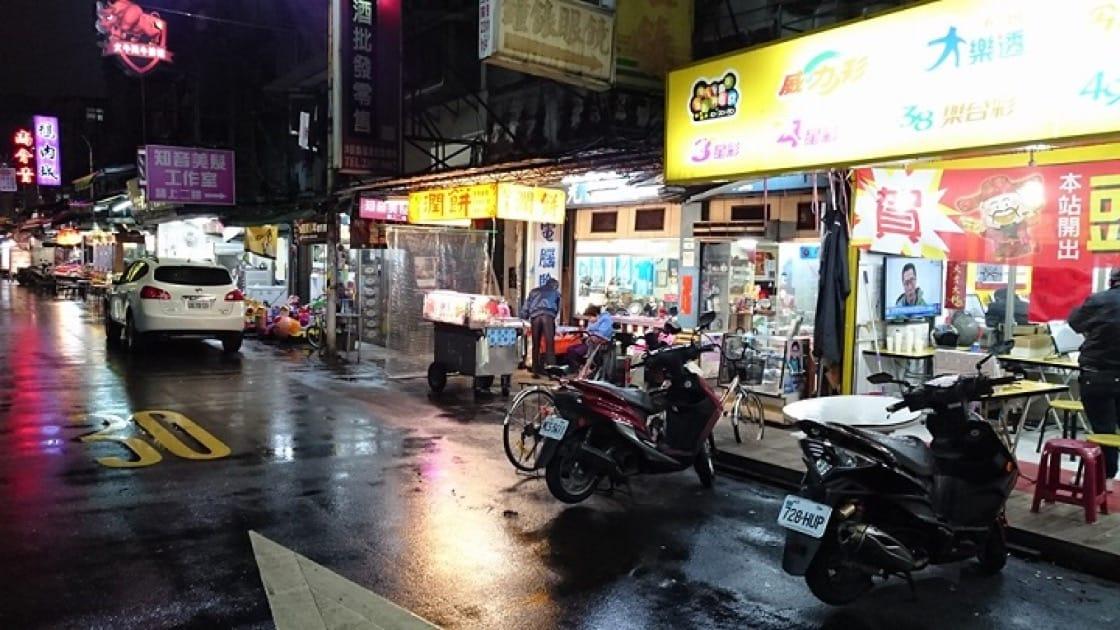 松青潤餅攤位雖小,但是味道與層次豐富的潤餅,深受喜愛。(圖片:松青潤餅面書)