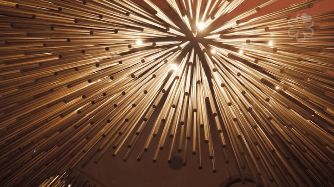 Amber 極有代表性、由 4,320 支銅枝組成的吊燈,也將不復存在。