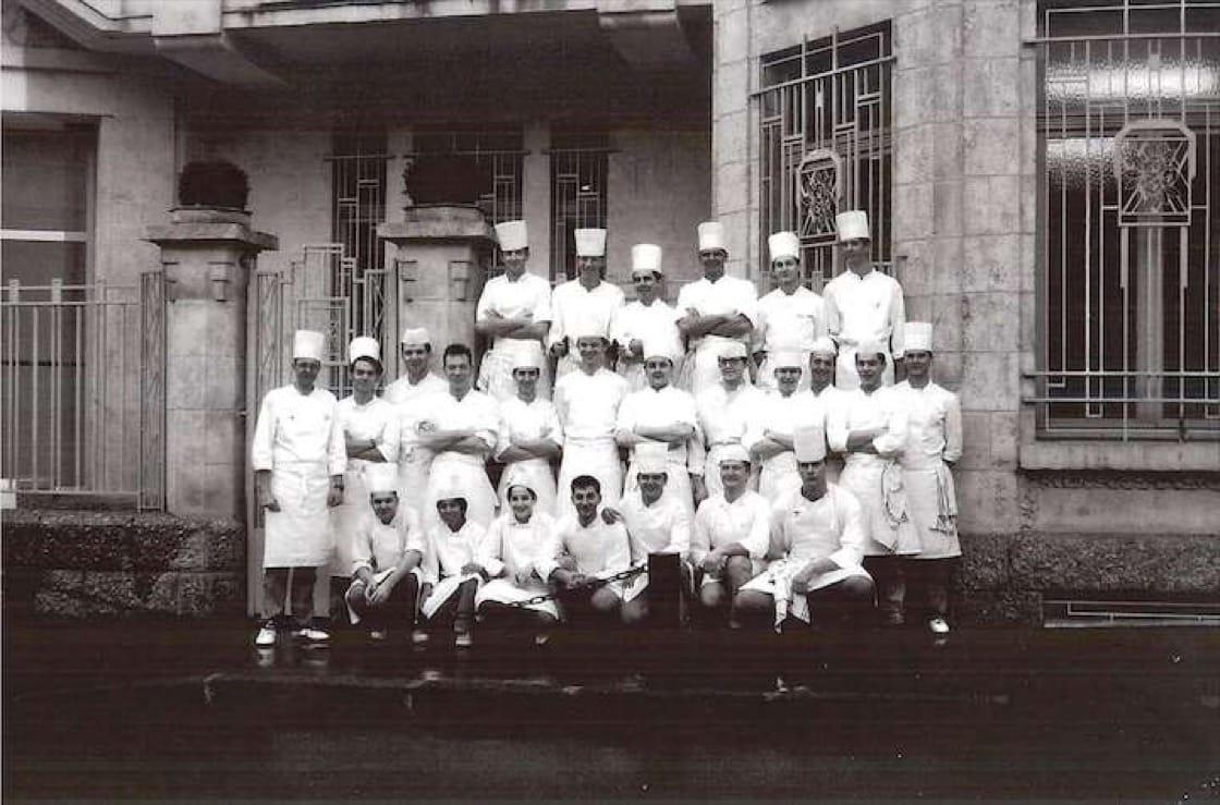 Ekkebus 在 Pierre Gagnaire 餐廳工作時,與團隊合照。(圖片提供:Richard Ekkebus)