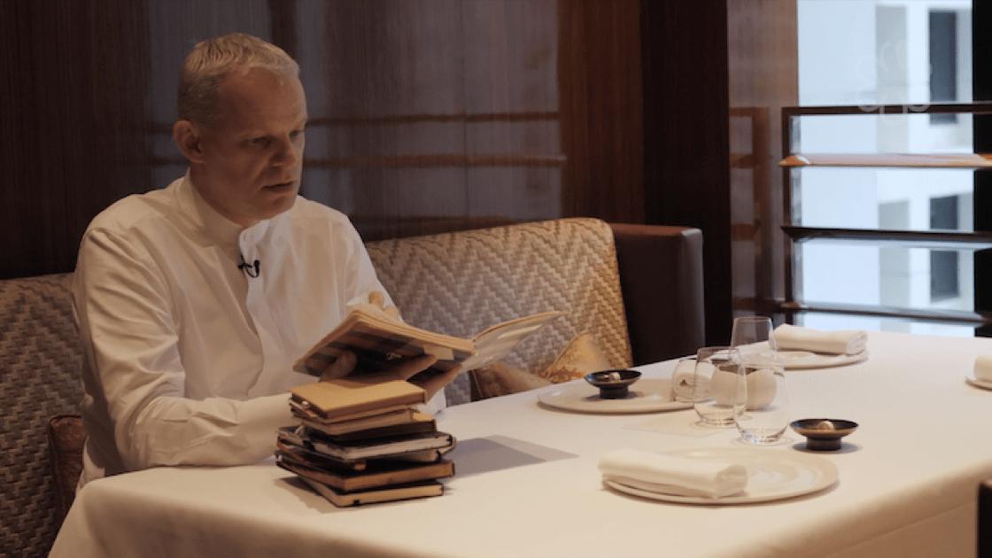 Ekkebus 坐在他最喜歡的桌子,翻看過去 14 年的「靈感簿子」。