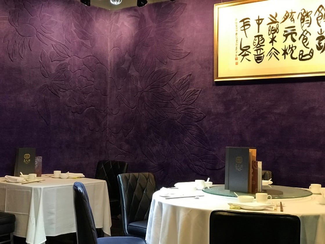 Celebrity Cuisine doesn't have a spacious dining area. Despite its limited seating, it is where Hong Kong's social elites go to for a peaceful and satisfying meal.