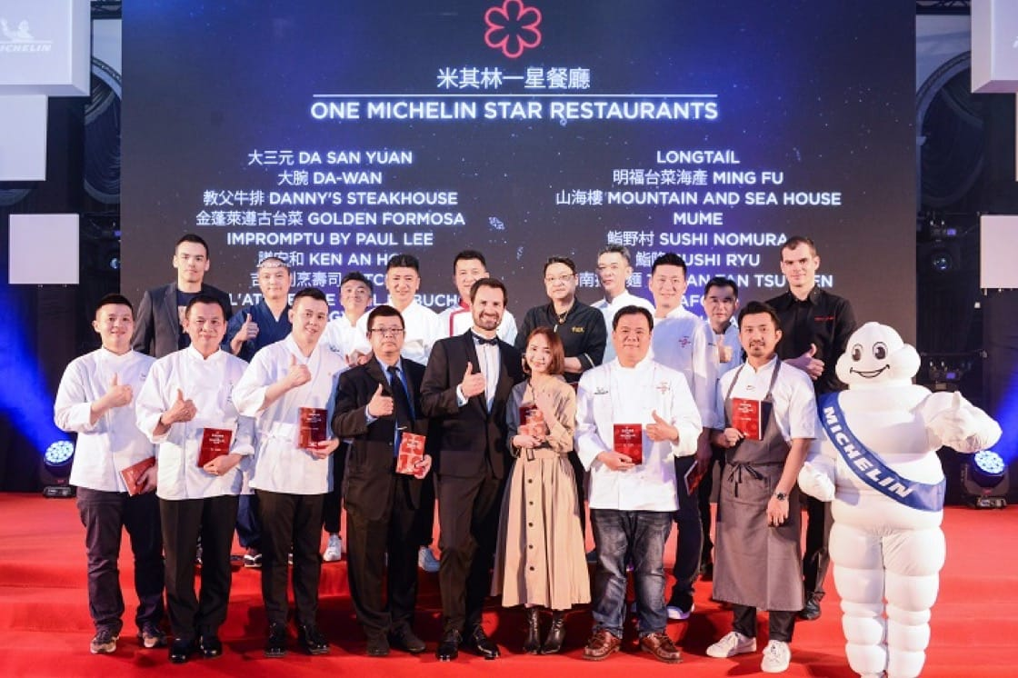 Chefs from one-Michelin-starred restaurants pose for a group photo with International Director of the MICHELIN Guides Gwendal Poullennec.