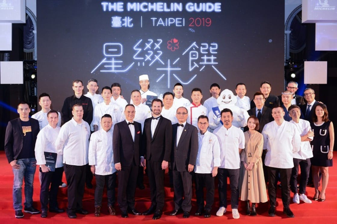 International Director of the MICHELIN Guides Gwendal Poullennec, together with the guest chefs, take a photo with all the representatives from the Michelin-starred restaurants in the MICHELIN Guide Taipei 2019 selection.