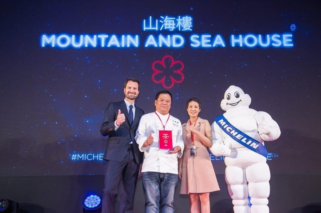 山海樓獲頒一星,主廚蔡瑞郎(左)與永豐餘生技總經理何奕佳一同上台領獎。