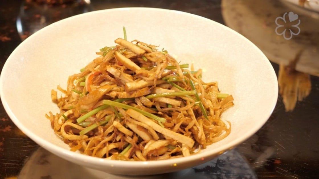 陳偉強的「榨菜杏鮑菇」。杏鮑菇講究用手撕不用刀切,保留纖維與口感。