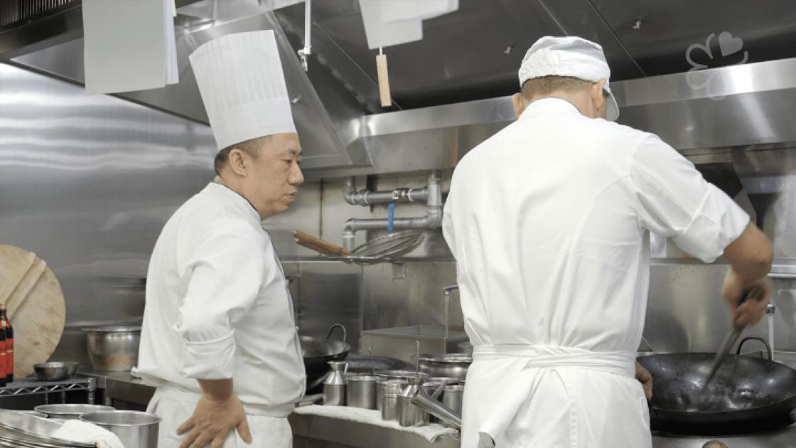 陳泰榮說,現在和過去在廚房教的方式不同了,現在要用「愛心」慢慢去說明理由。