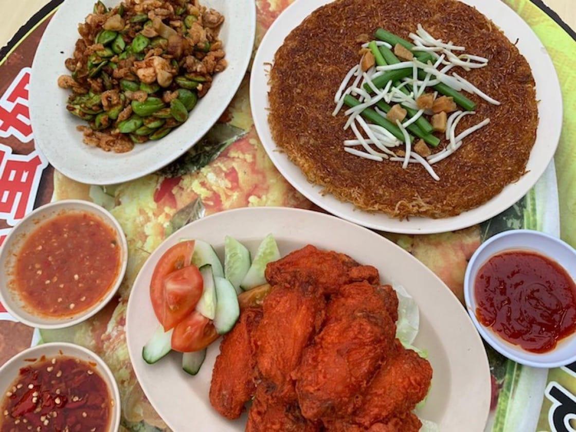 符興毅師傅每次光顧惹蘭勿剎的榮記海鮮火鍋菜館,都會點用燒焦米粉(右上角)(照片提供:符興毅)。