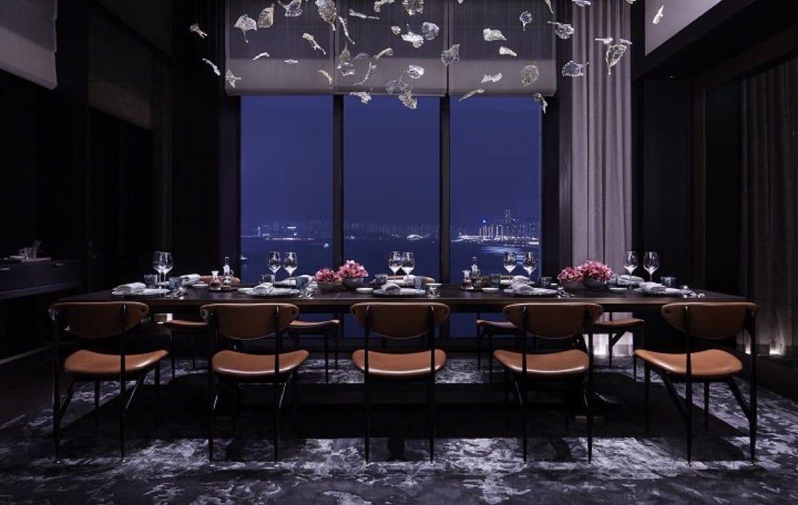 香港瑰麗酒店的彤福軒對着維港景色,盡顯高貴氣派。(圖片:瑰麗酒店)